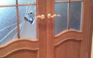 Сколько стоит вставить стекло в дверь?